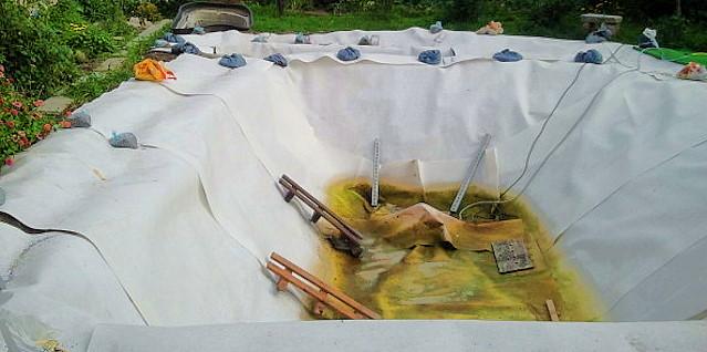 Teichbau, Geovlies zum Schutz der Teichfolie
